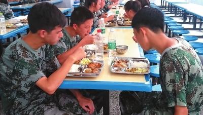 【图说】开学军训故事魁奇路b出口_深圳新闻网