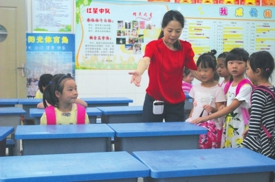 老师和学生在教室干事