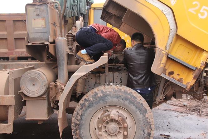 随后李勇强对停在这里的14辆大货车进行检查,发现有7辆货车的油箱被人